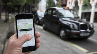 Приложение убер на фоне такси