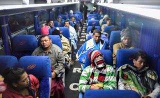 emigrantes venezolanos en un bus camino a la frontera entre Ecuador y Perú.
