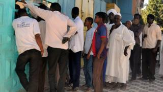سودانيون ينتظرون شراء أرغفة الخبز