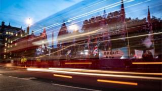 Defensores e críticos do Brexit diante do Parlamento britânico