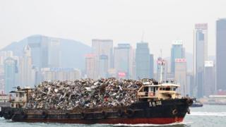 Barco transporta lixo em Hong Kong
