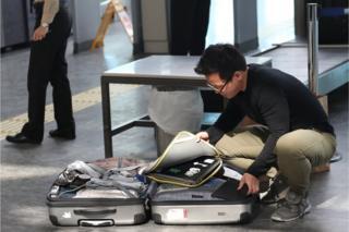 Hombre mete en la maleta su lapton en el Aeropuerto Internacional de Atatürk, de Estambul, Turquía.