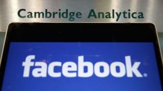 Portátil con el logo de Facebook y el directorio de Cambridge Analytica.