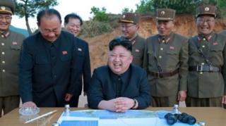 นายคิม จอง อึน (กลาง) ผู้นำสูงสุดของเกาหลีเหนือ