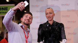 Robô humanoide Sophia em exposição em Toronto, no Canadá