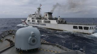 Kapal Coast Guard China-5302 memotong haluan KRI Usman Harun-359 pada jarak 60 yards (sekitar 55 meter) saat melaksanakan patroli mendekati kapal nelayan pukat China yang melakukan penangkapan ikan di ZEE Indonesia Utara Pulau Natuna, Sabtu (11/1/2020).