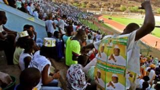 Ces personnes se sont rassemblées au Palais des sports de la capitale malienne pour dire oui au référendum.