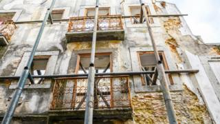 Fachada de prédio antigo em obra, em Portugal