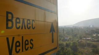 Placa indica a cidade de Veles