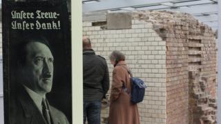 Cena do museu Topografia do Terror, em Berlim. No detalhe, retrato de Hitler.