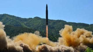지난 7월 북한이 대륙간탄도미사일(ICBM)급 '화성-14형'을 시험발사하는 모습.