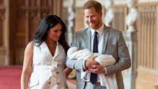Le Prince Harry et Meghan Markle, le duc et la duchesse de Sussex, ont présenté leur fils Archie Harrison Mountbatten-Windsor le 8 mai.