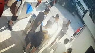 Ảnh chụp màn hình camera quay lúc cháu L. được một người đàn ông đưa vào trong trường sau khi được phát hiện trong ô tô