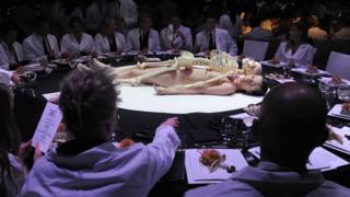 В своих перформансах Марина Абрамович представляет женское тело как объект: например, позволяет зрителям делать с ней все, что угодно