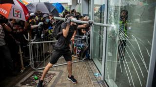 Người biểu tình tràn vào Viện Lập pháp Hong Kong hôm 1/7
