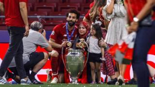 محمد صلاح وابنته وزوجته