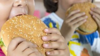 crianças comendo hambúrguer