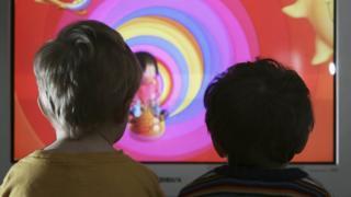 niños viendo dibujos animados