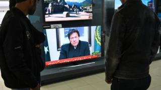 Pakistani people watch the television as Prime Minister Imran Khan speaks to the population about the suicide bombing in Indian-administered Kashmir that happened on February 14, in Islamabad on February 19, 2019