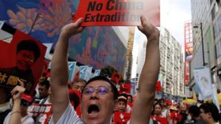 :ovek na protestu u Hong Kongu
