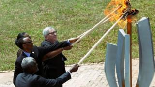 موسی فکی محمد، رئیس کمیسیون اتحادیه آفریقا، پل کاگامه، رئیس جمهور رواندا و همسرش و ژان کلود یونکر، رئیس کمیسیون اتحادیه اروپا مشعل یادبود نسل کشی را در محل برگزاری مراسم در کیگالی روشن کردند.