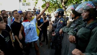 Jóvenes opositores frente a las fuerzas de seguridad en Caracas.
