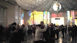 Gente bailando en parejas en la Noche de la Nostalgia en Maroñas.