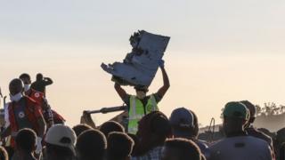 بازیابی تکه های هواپیما در پی سانحه روز یکشنبه در اتیوپی