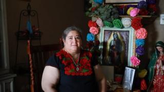 हिल्डा रॉबल्स सैन एंटोनियो में अपने घर पर पोज़ देती हैं