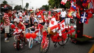 Дети готовятся участвовать в параде в Торонто в честь 150-летия Канады, 1 июля 2017 года