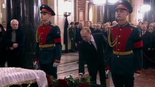 Mr Putin na cikin mutanen da suka sanya fure a kan kawatin gawar Karlov