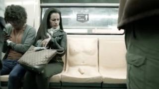 ภาพจากวีดีโอสื่อปฎิกิริยาของผู้ใช้รถไฟใต้ดินกรุงเม็กซิโกซิตี้ต่อ 'ที่นั่งรูปอวัยวะเพศชาย'