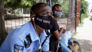 Police man wey wear facemask