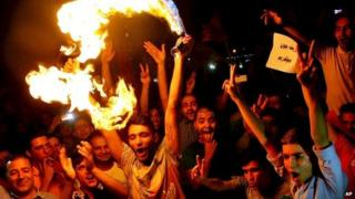 Iranians celebrate the announcement of a nuclear deal in Tehran (14 July 2015)
