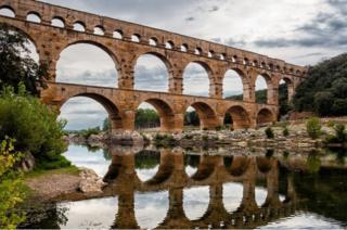 Fransa'nın güneyinde Languedoc-Roussillon bölgesinde ziyaret edebileceğiniz Pont du Gard, Romalılar tarafından inşa edilmiş bir su kemeri.
