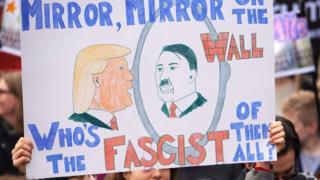 плакат, сравнивающий Трампа с Гитлером