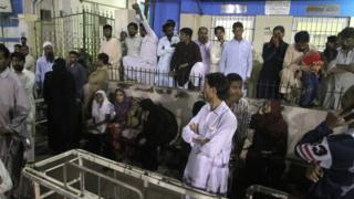 двор больницы в Карачи, куда везут раненых в результате взрыва