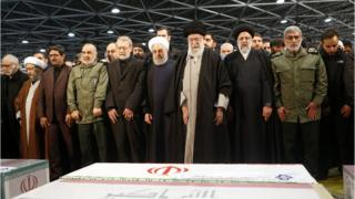 Верховный лидер Ирана аятолла Хаменеи у гроба Касема Сулеймани