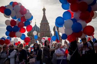 Rusya'nın başkenti Moskova'da Kırmızı Meydan'da biraraya gelenler müzik ve danslarla 1 Mayıs'ı kutluyor.