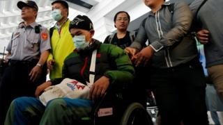 梁聖岳在父親的陪同下返抵台灣,在出關後坐上輪椅。