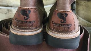 """زوج من الأحذية التي تصنعها شركة """"كورتني بووت"""""""