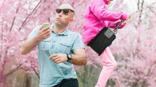 Чоловік зі смартфоном