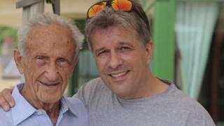 Llion Roberts gyda Ed Mosberg un o'r bobl wnaeth oroesi gwersyll rhyfel Auschwitz