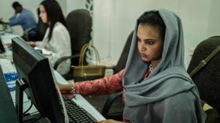 فتاة تستخدم كمبيوتر