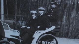 Charles Sydney Gibbes con el zarévich Aléksei, el primogénito de los últimos zares de Rusia.