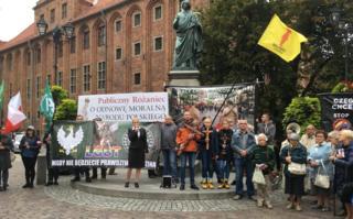 Мале контрадемонстрације у Торуњу, окупљене код Коперниковог споменика