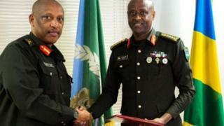 Le général Patrick Nyamvumvumba (à gauche) est maintenant ministre de l'Intérieur et le général Jean Bosco Kazura (à droite) dirige l'armée.