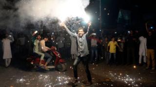 ভারতকে ১৮০ রানে হারিয়ে দেয়ার পর পাকিস্তান সমর্থকদের উল্লাস