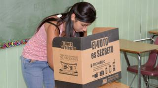 Una mujer vota en Costa Rica