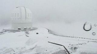 La cima de auna Kea cubierta de nieve.